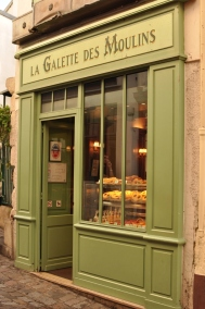 Colourful entryway in Montmartre, Paris