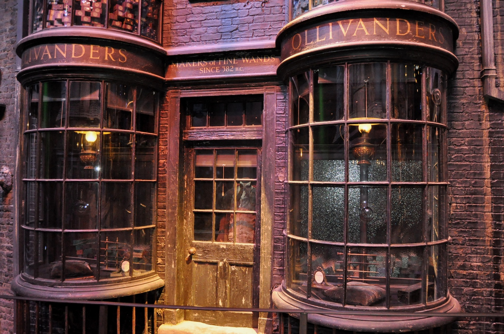 set detail ollivander s in diagon alley day time travels through a geek 39 s mind. Black Bedroom Furniture Sets. Home Design Ideas